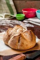 pão de camponês na superfície de trabalho enfarinhada foto