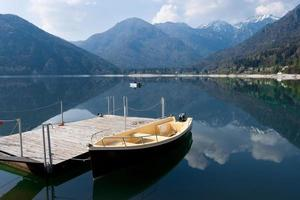 lago de montanha de tenno em trentino alto adige, itália foto