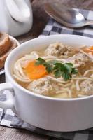 sopa de almôndega, macarrão com legumes verticais foto