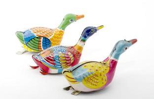 brinquedos de lata: patos coloridos foto