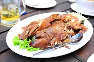 pato crocante frito com legumes foto