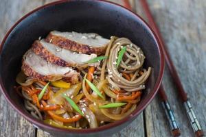macarrão de trigo sarraceno com legumes e pato
