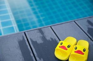 patinho de sandália ao lado da piscina foto