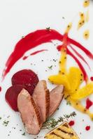 peito de pato com frutas foto