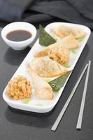 petiscos asiáticos fritos foto