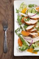 peito de peru com especiarias e salada