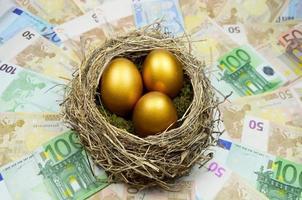 ovo de ninho dourado foto