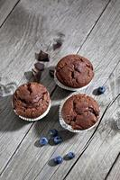 bolos de chocolate e mirtilos na madeira foto