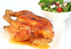 frango assado e salada foto