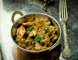 filé de frango frito na tigela de cobre indiano