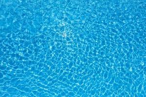 água na piscina foto