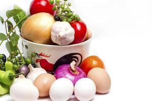 legumes orgânicos frescos na tigela de galo foto