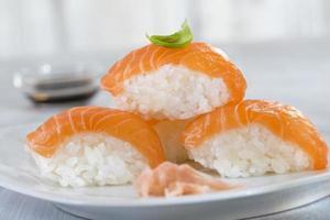 sushi de salmão atlântico fresco foto