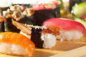 cozinha japonesa - conjunto de sushi foto