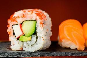 rolos de califórnia e sushi nigiri foto