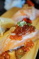 autêntico e tradicional sushi japonês com vários tipos de f