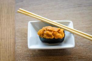 ouriço do mar ovos sushi foto