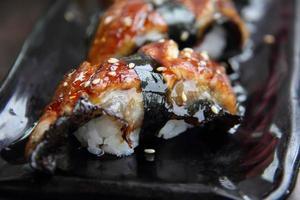conjunto de sushi unagi. enguia japonesa foto