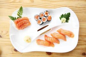 conjunto de sushi de salmão foto