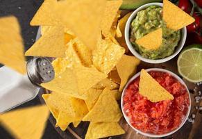 guacamole com nachos em freeze motion foto