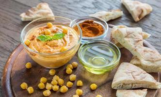 tigela de hummus com fatias de pita foto