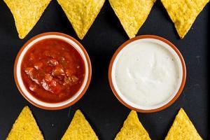 nachos de comida de rua mexicana com salsa foto