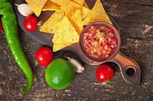 nacho chips mexicanos e molho de salsa na tigela