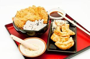 arroz e costeleta de porco frita e bolinhos fritos