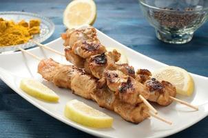espetos de espetadas de frango indonésio com curry foto
