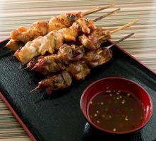 churrasco frango grelhado alimentos no espeto de bambu foto
