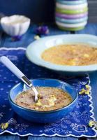 sobremesa com uma crosta de açúcar queimado por um maçarico. sobremesa de creme de baunilha francesa tradicional foto