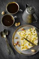 sobremesa de pistache tradicional oriental em fundo cinza. foco seletivo