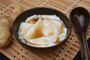 tofu na sobremesa com calda de gengibre