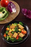 tofu frito com legumes. foto