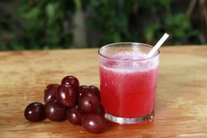 suco vermelho com gracinha foto