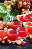 suco fresco de uvas vermelhas e toranja foto