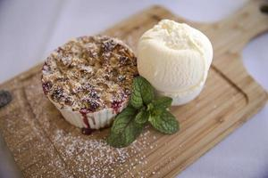crumble de frutas com sorvete de baunilha
