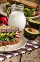receita de sanduíche de verão chipotle-abacate foto