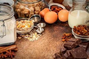 ingredientes da receita de bolo no fundo de madeira foto