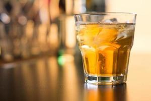 copo de uísque escocês foto