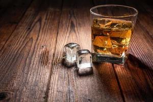 bebida de uísque na madeira foto