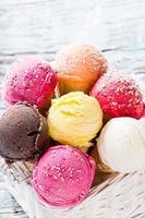 bolas de sorvete na mesa de madeira.