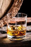 copo de uísque e barril de carvalho velho