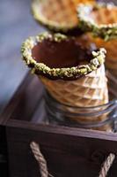 cones de waffle de pistache de chocolate foto