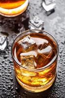 copo com bebida alcoólica foto