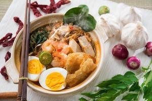 comida malaia camarão mee foto