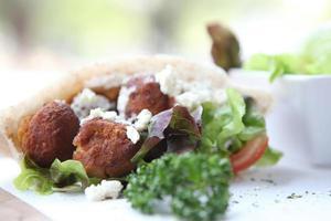 falafel em uma pita foto