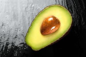 vista superior de um abacate meio maduro. conceitos de alimentação limpa foto