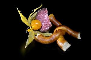 pretzel e physalis preso a sousage foto