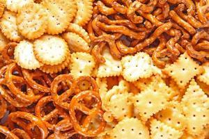 closeup extrema de uma pilha de biscoitos salgados